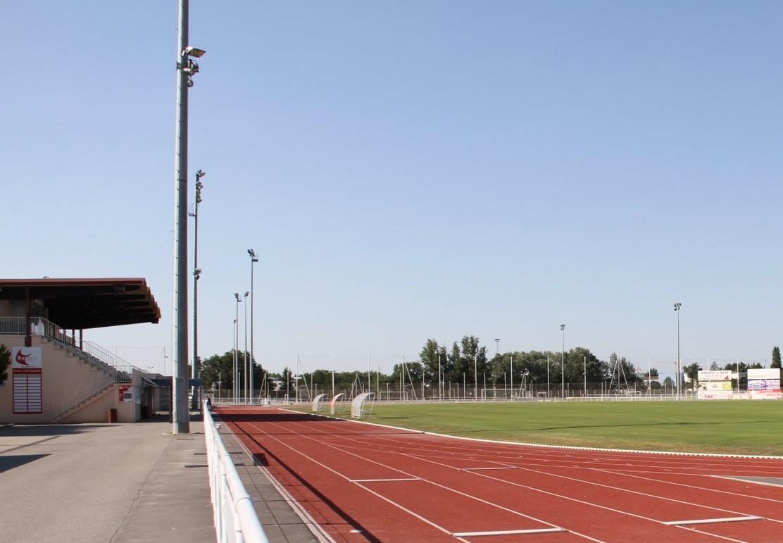 La piste d'athlétisme qui entoure le stade